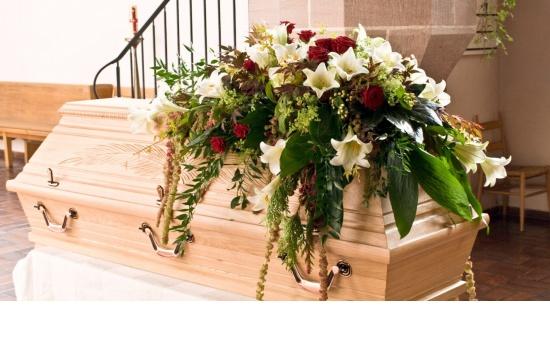 modernes Sargbukett mit Rosen