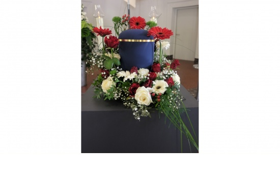 Urnenbett mit Rosen, Gerbera in rot-weiß
